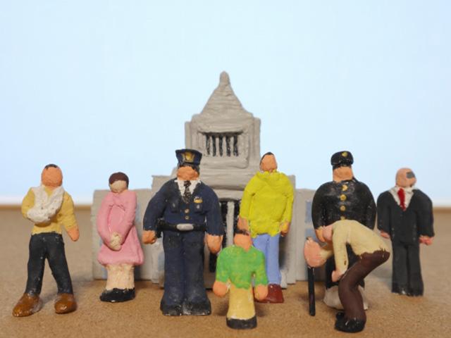 国会議事堂と市民をイメージした模型の画像