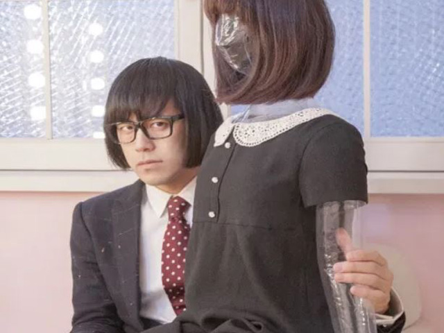 松永天馬さんと女性の人形の写真