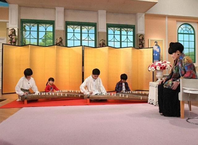 鈴木楽くんら兄弟4人で琴を演奏する写真